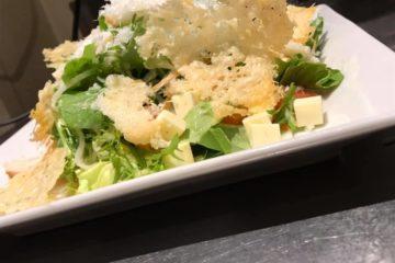 手作りドレッシングのチーズたっぷりパリパリシーザーサラダ